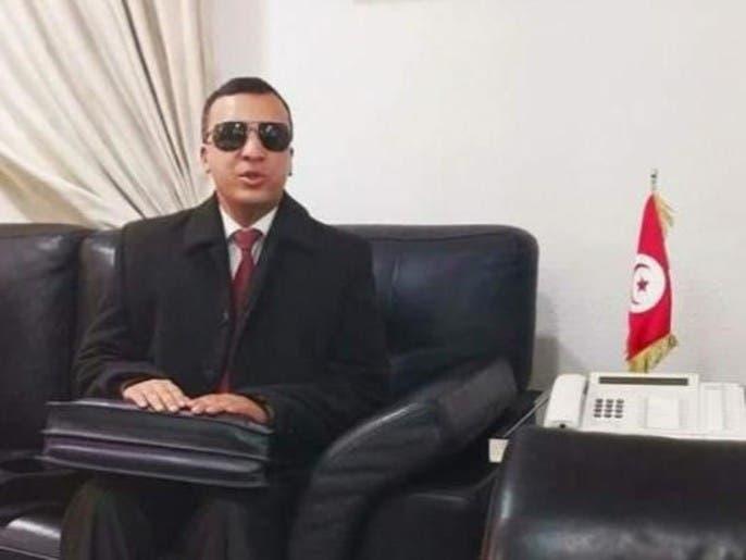 شاهد وزير الثقافة التونسي يعزف ويغني