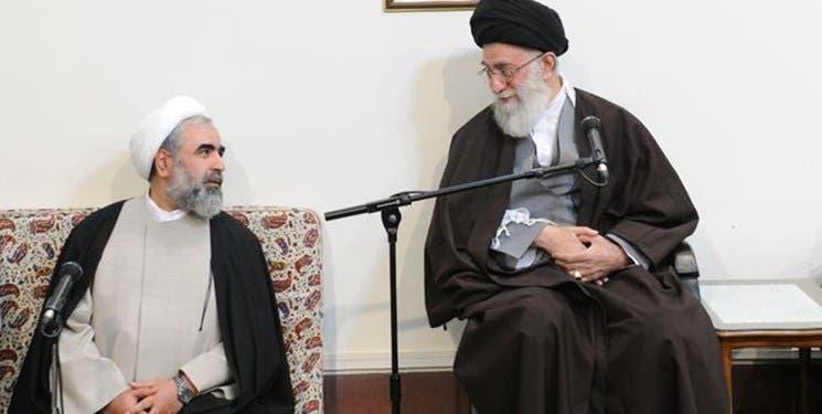 روح الله حسينيان بجانب المرشد الأعلى الإيراني علي خامنئي