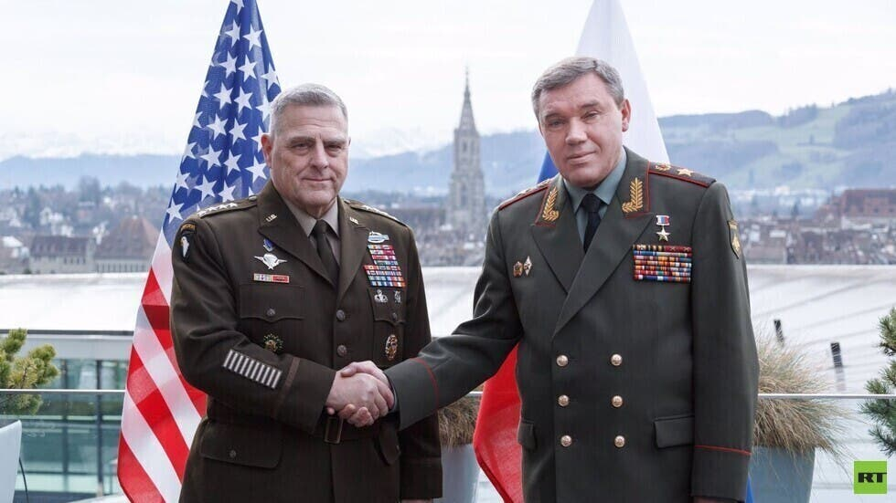 رئس هيئة أركان القوات المسلحة الروسية، جنرال الجيش فاليري غيراسيموف، ونظيره الأمريكي، الجنرال مارك ميلي