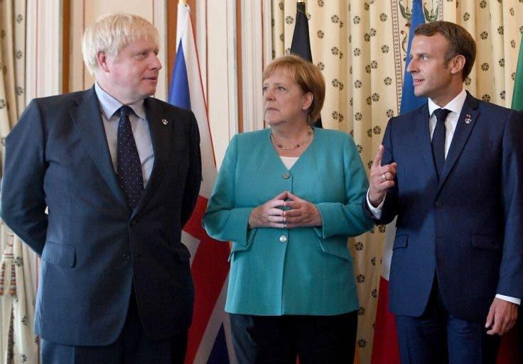 الرئيس الفرنسي ماكرون والمستشارة الألمانية ميركل ورئيس الوزراء البريطاني جونسون