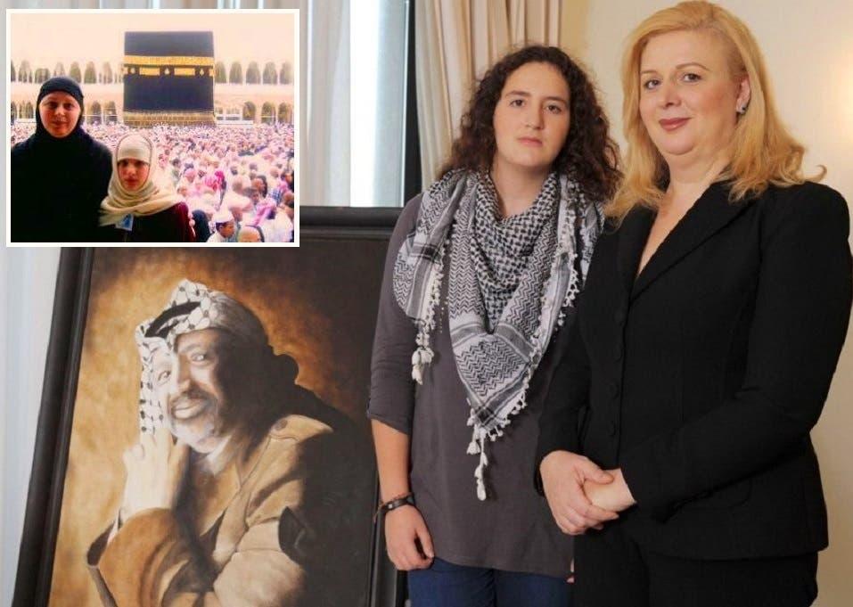 مع ابنتها زهوة في مالطا، وفي الاطار حين تأدية فريضة الحج