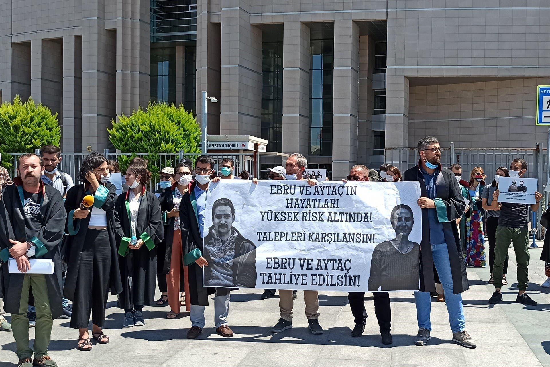 من الاحتجاجات المطالبة بإطلاق سراح كلا المحاميين في وقتٍ سابق