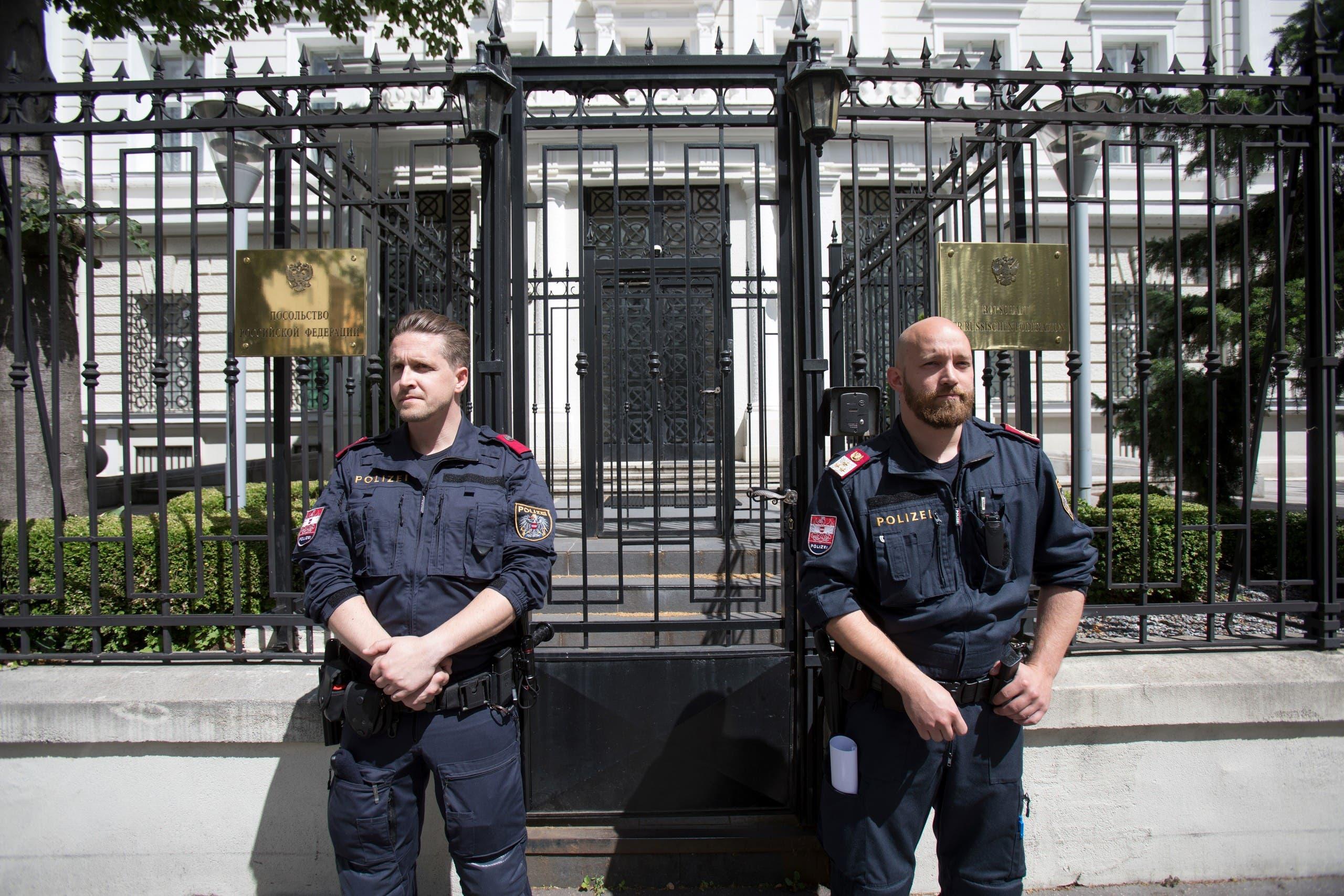 الشرطة أمام مدخل سفارة روسيا في فيينا (أرشيفية)