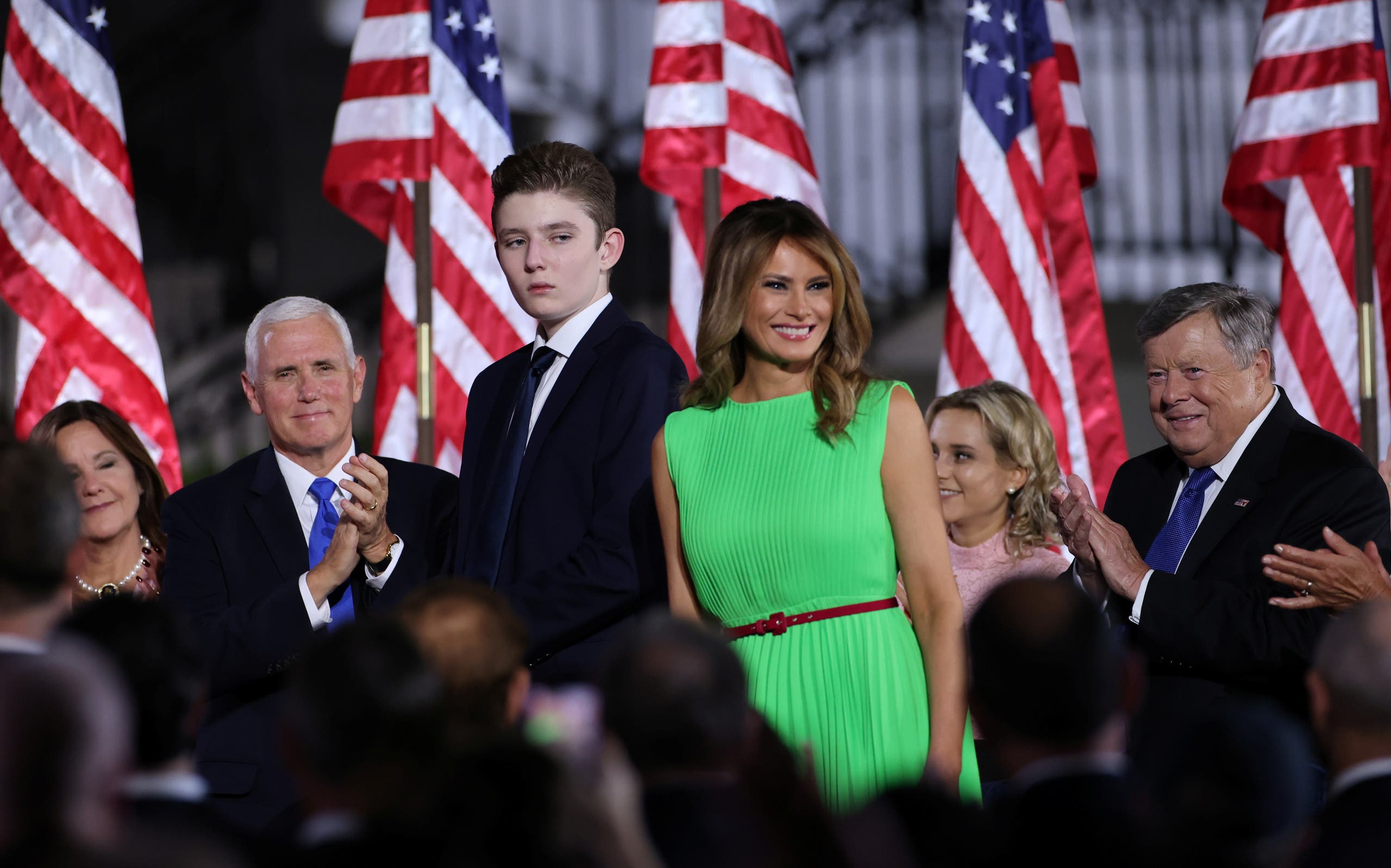 السيدة الأولى ميلانيا ترمب وابنها بارون ونائب الرئيس مايك بنس وزوجته أثناء المؤتمر