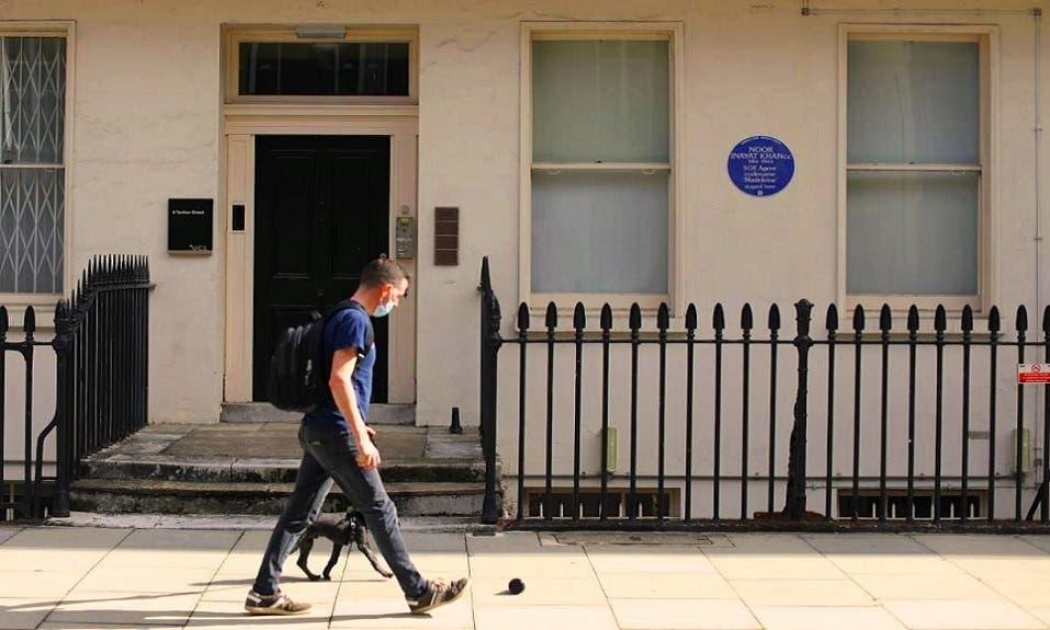 ومع انهم أقاموا تمثالا لها في لندن، الا أن اللوحة الزرقاء على الشقة التي كانت تقيم فيها، تكريم أهم