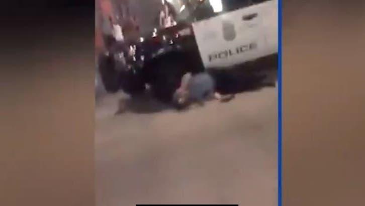 شاهد.. متظاهرون يعتدون على ضابط شرطة في مينيابوليس