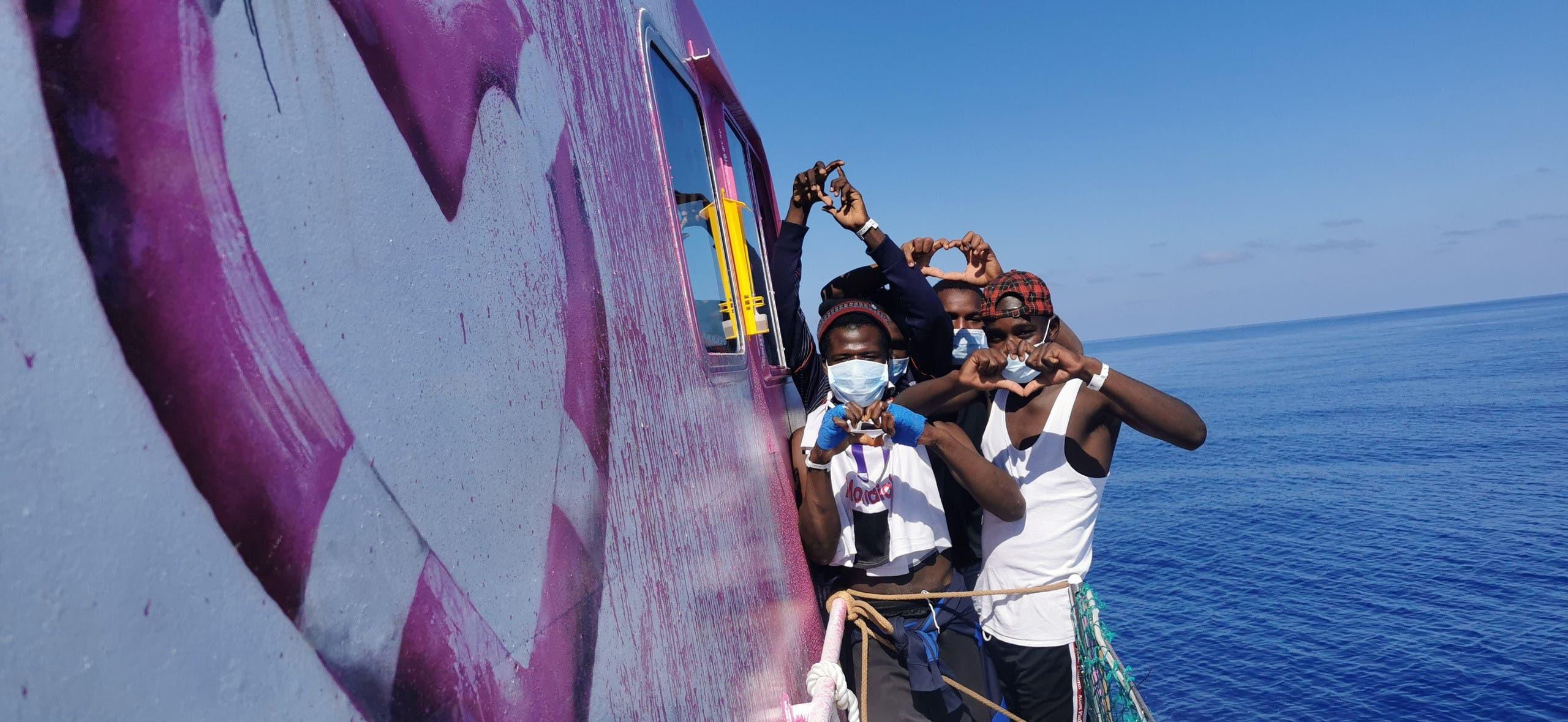 من السفينة التي استأجرها بانكسي لإنقاذ المهاجرين