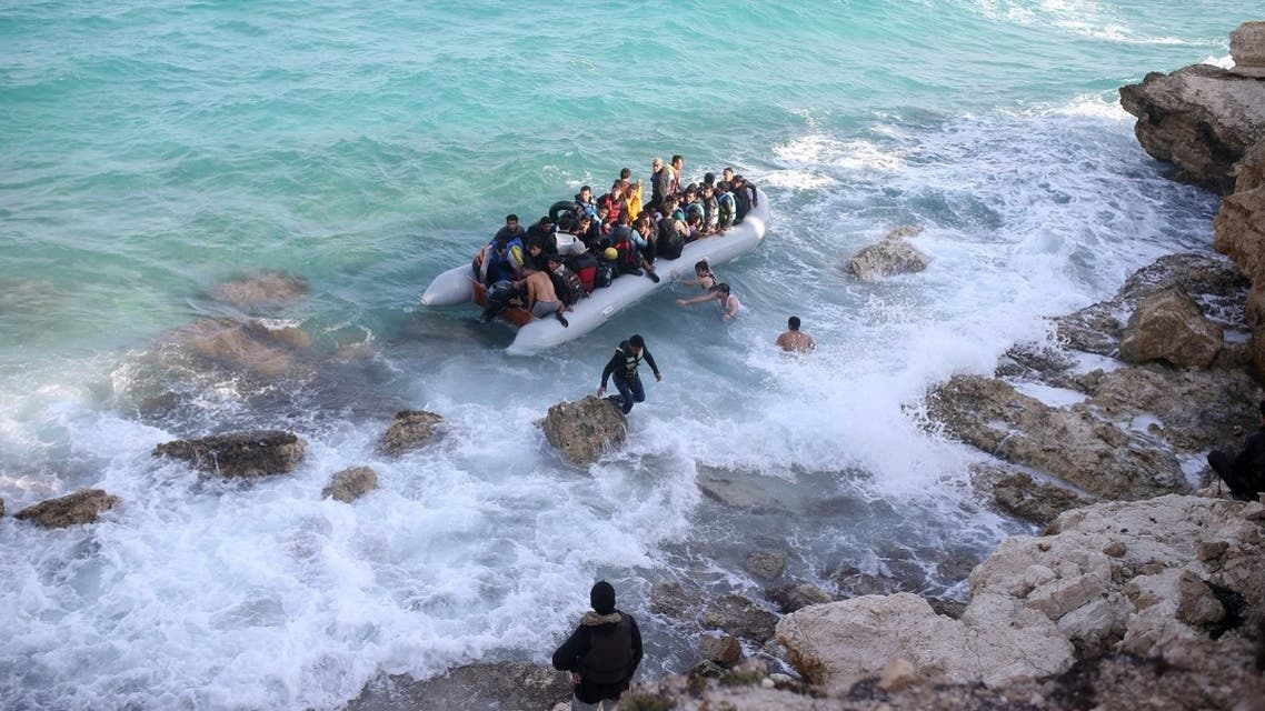 Migrants and asylum seekers begin to travel on a dinghy to the Greek island of Chios from Cesme in the Turkish province of Izmir on October 31, 2015. (AFP)