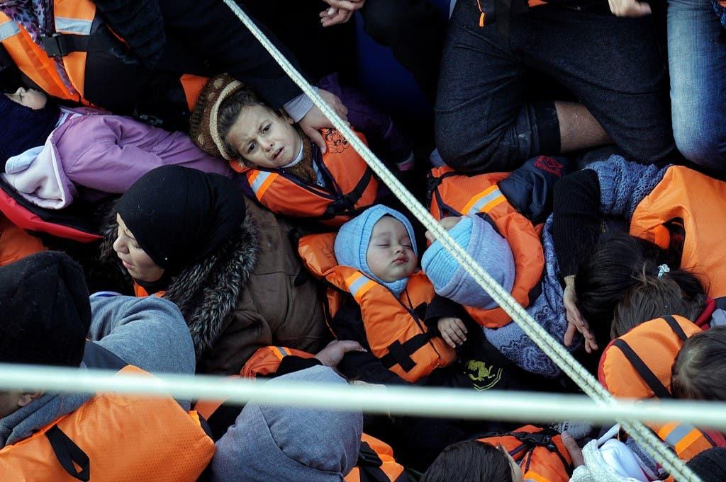صورة لقارب يقل مهاجرين من تركيا إلى اليونان - أرشيفية