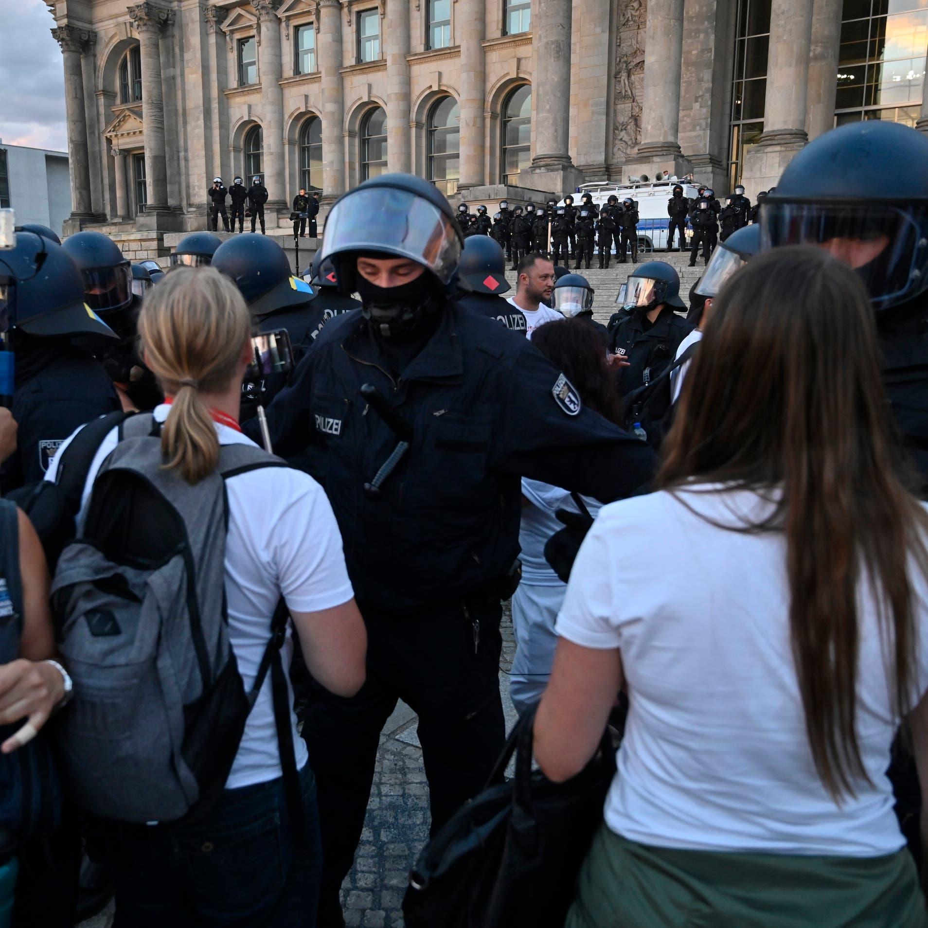 """متظاهرون أوروبيون ضد """"كم الأفواه"""" بالكمامة"""