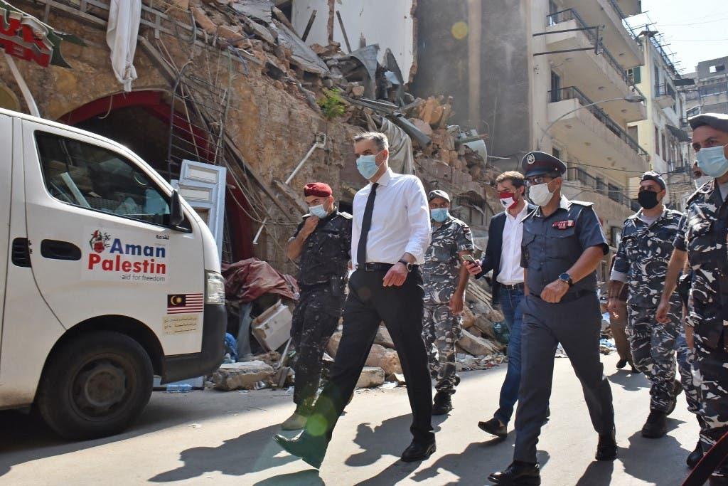 مصطفى أديب خلال زيارة لمنطقة الجميزة المدمرة