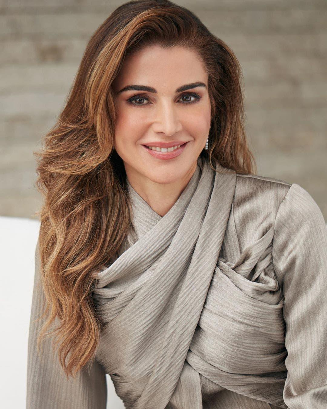 الملكة رانيا بإطلالة تحمل توقيع المصممة اللبنانية دارين هاشم