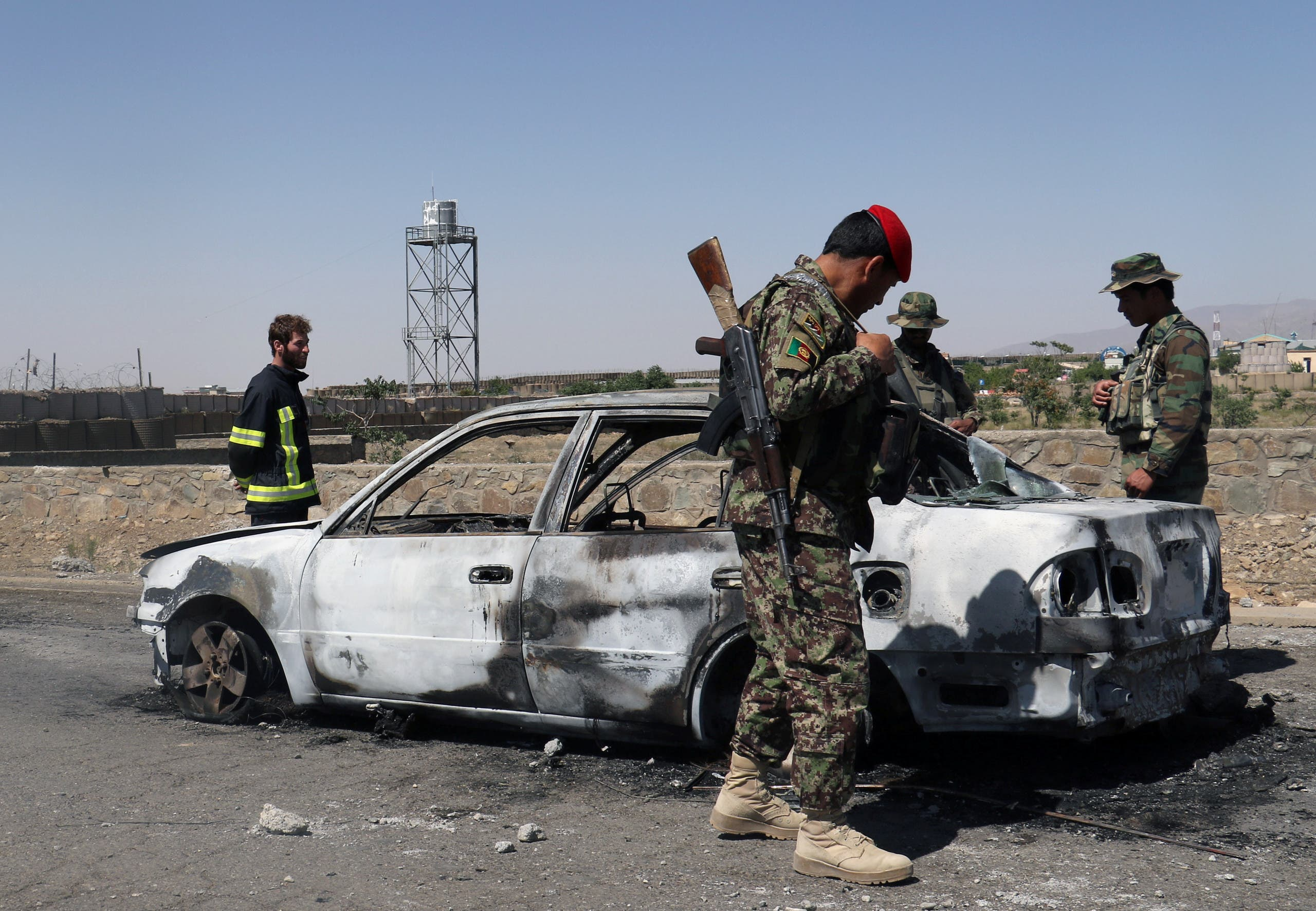 Afghan security forces inspect the exterior of a car after a suicide bomb blast in Gardez, Paktia Province, Afghanistan June 18, 2017. (File photo: Reuters)