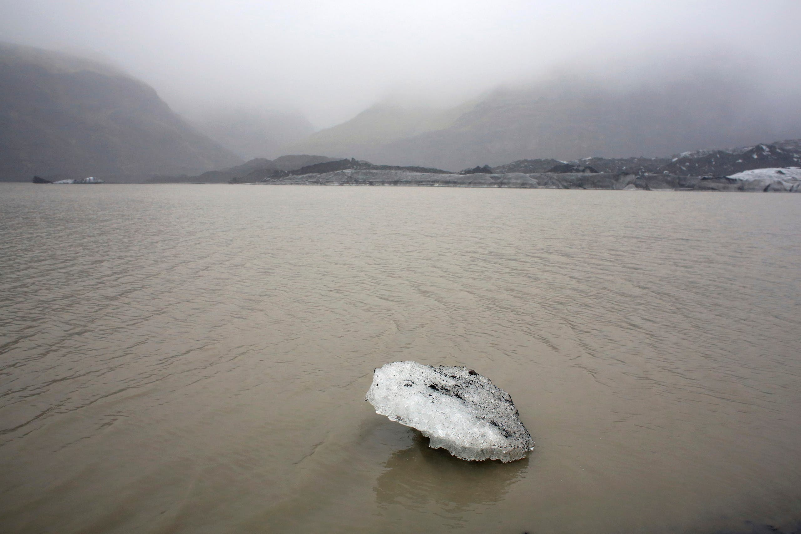 A view shows an ice flow floating on a lake in front of the Solheimajokull Glacier, where the ice has receded by more than 1 kilometer (0.6 miles) since annual measurements began in 1931, Iceland October 16, 2015. (File photo: Reuters)