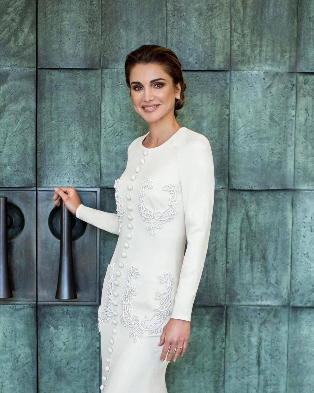 الملكة رانيا بإطلالة تحمل توقيع المصمم السعودي محمد آشي
