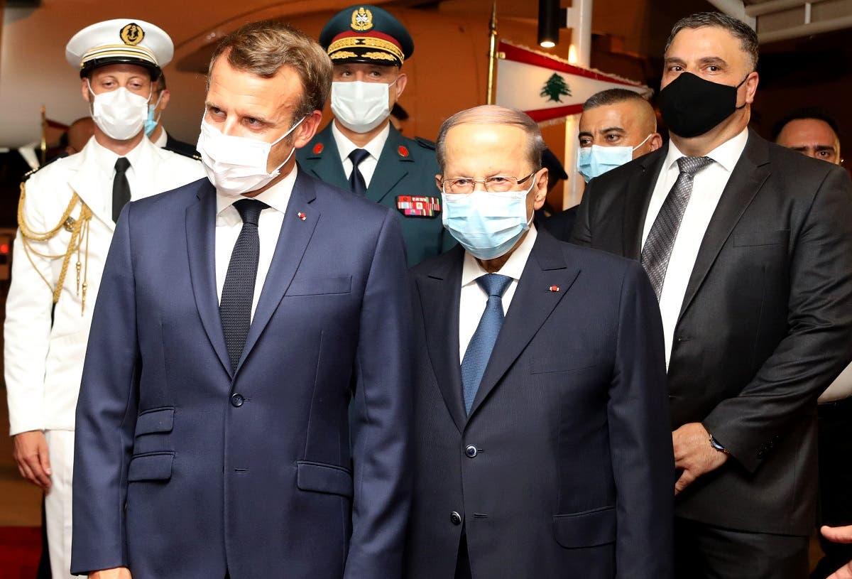 Lebanese President Michel Aoun (C-R) and French President Emmanuel Macron (C-L), at Beirut International airport, Aug. 31, 2020. (AFP)