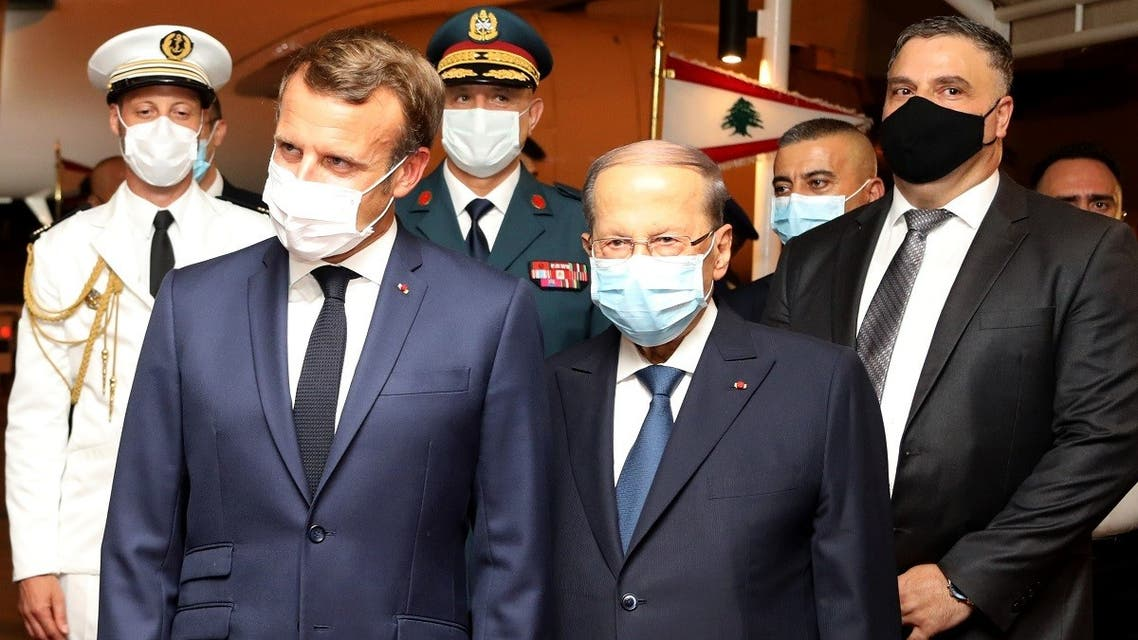 Lebanese President Michel Aoun (C-R) and French President Emmanuel Macron (C-L), during a welcome ceremony at Beirut International airport, August 31, 2020. (AFP/Dalati and Nohra)