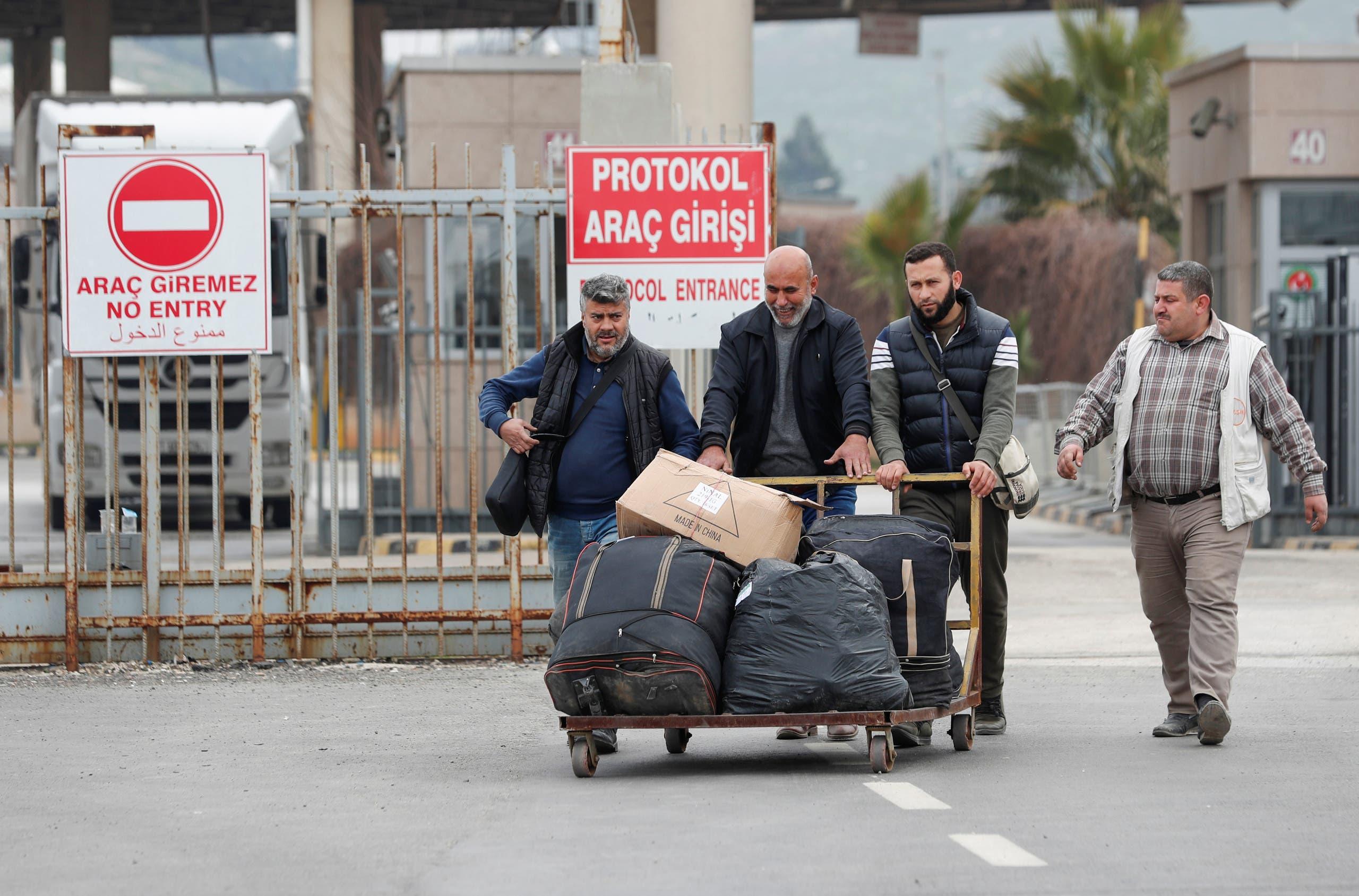 Syrians cross into Turkey through the Cilvegozu border gate, located opposite the Syrian commercial crossing point Bab al-Hawa, in Reyhanli, Hatay province, Turkey, February 28, 2020. (Reuters)