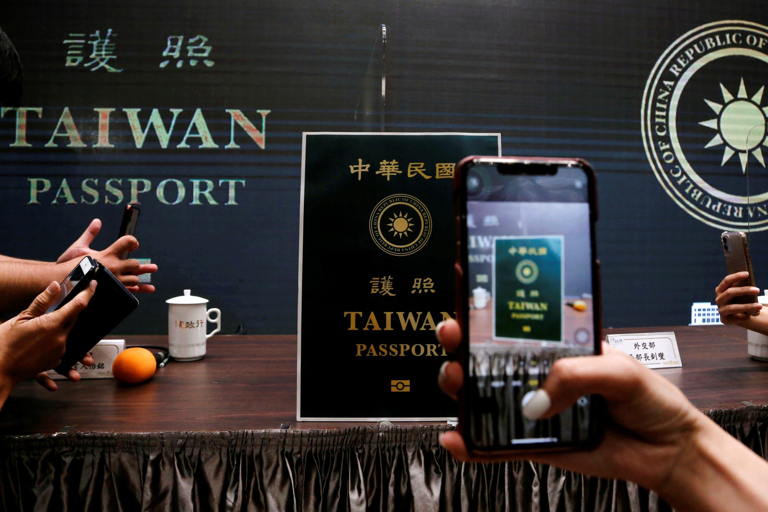الإعلاميون يطلعون على التصميم الجديد لجواز السفير التايواني