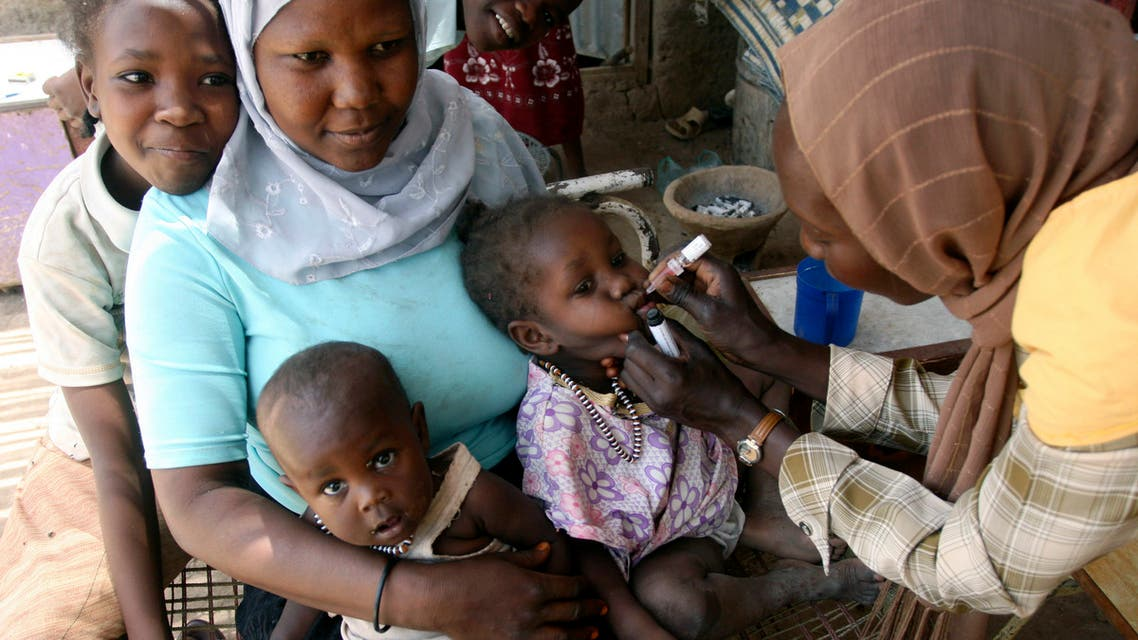 A social worker administers polio drops to a child at an Angloa camp in Khartoum, March 27, 2007. The government sponsored campaign targets children under the age of 5. (File photo: Reuters)