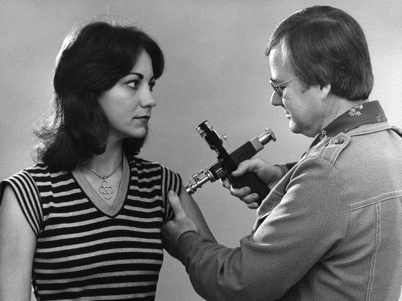 صورة لامرأة اثناء تلقيها لجرعة من اللقاح عام 1976