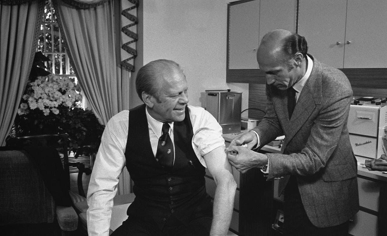 صورة للرئيس الأميركي جيرالد فورد أثناء تلقيه لجرعة من اللقاح