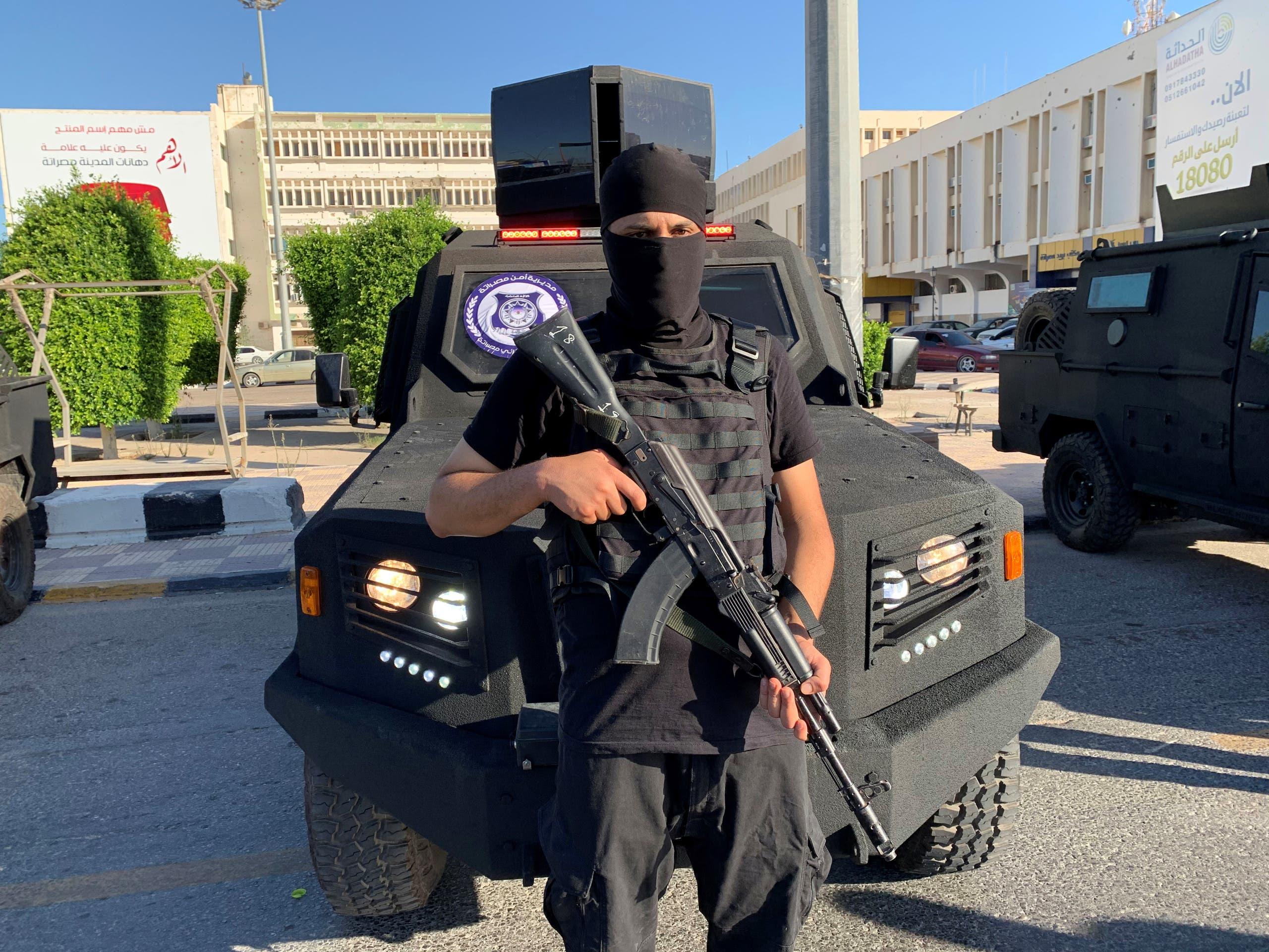 مسلح موال لوزير الداخلية في حكومة الوفاق فتحي باشاغا (أرشيفية- رويترز)