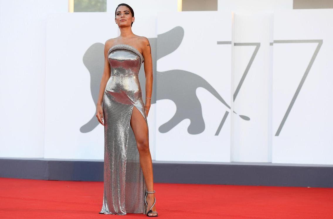 المغنية الإيطالية إيلودي بثوب من فرساتشي