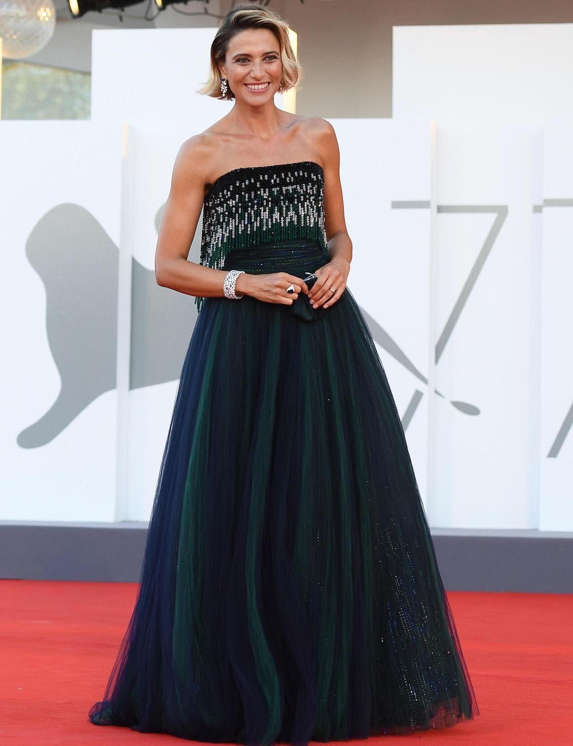 الممثلة الإيطالية آنا فولييتا بثوب من أرماني