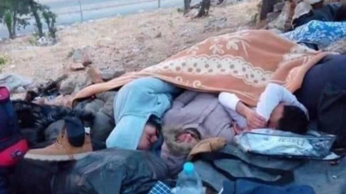 صورة تداولتها حسابات سورية على مواقع التواصل قالوا إنها لسوريين عالقين على الحدود