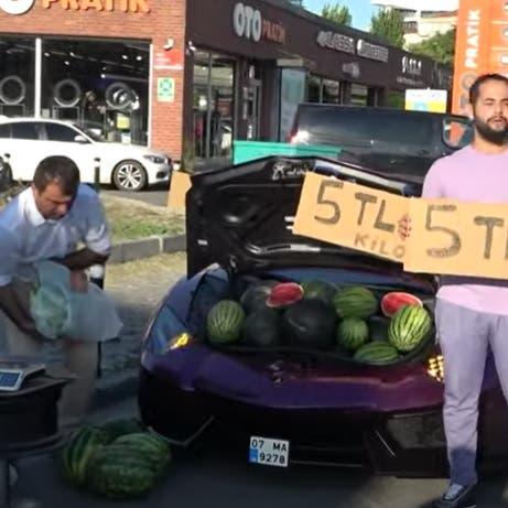 """شاهد.. """"رجل غامض"""" يبيع البطيخ على لامبورغيني باسطنبول"""