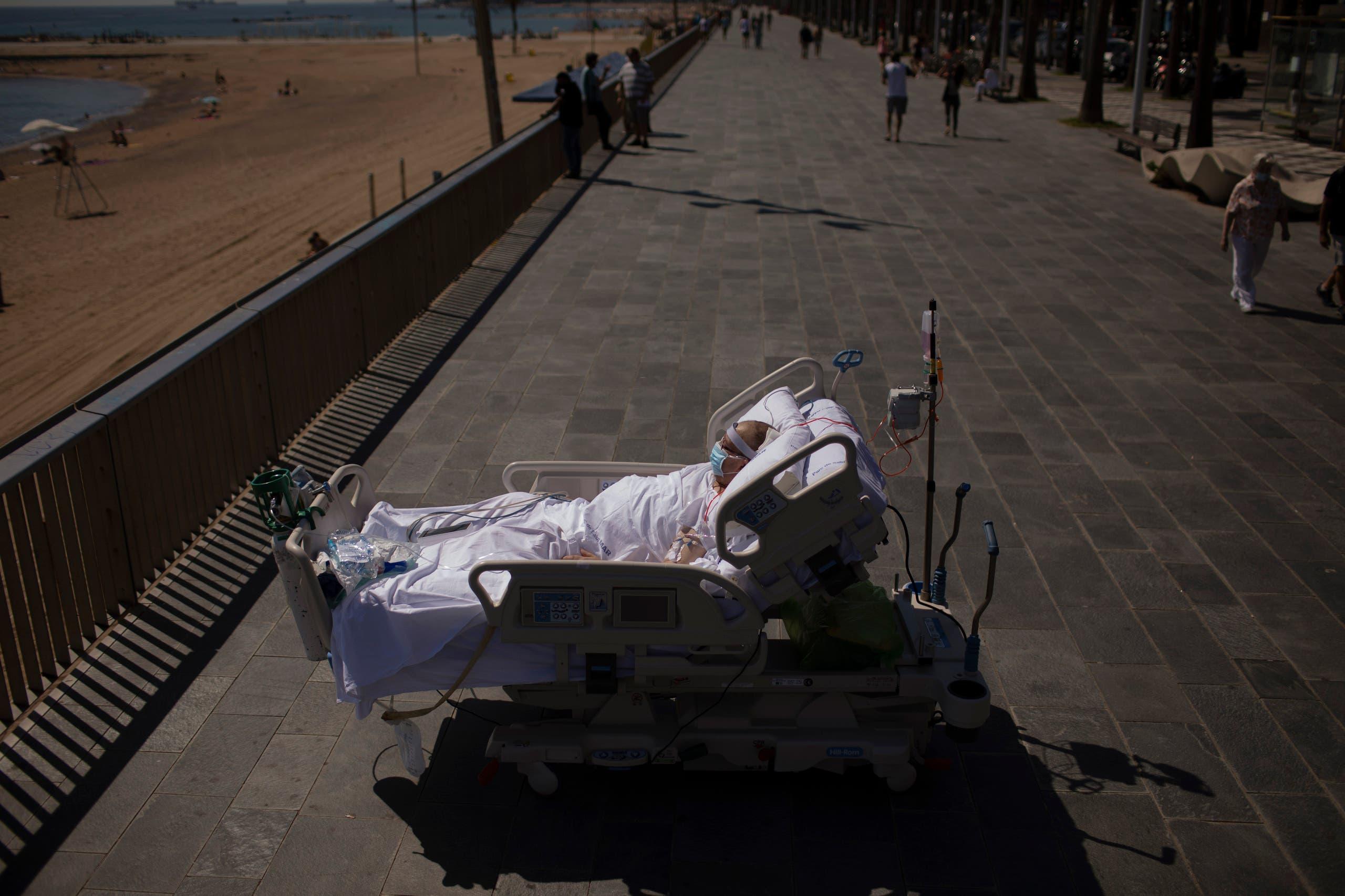 الشاطئ ومرضى كورونا في إسبانيا (أسوشييتد برس)