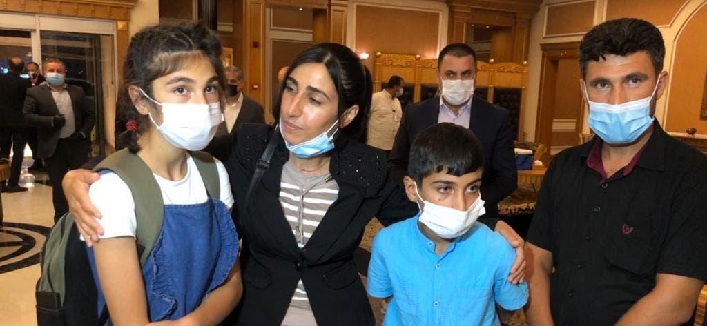 بارزاني يجلب معه طفلين عراقيين من تركيا
