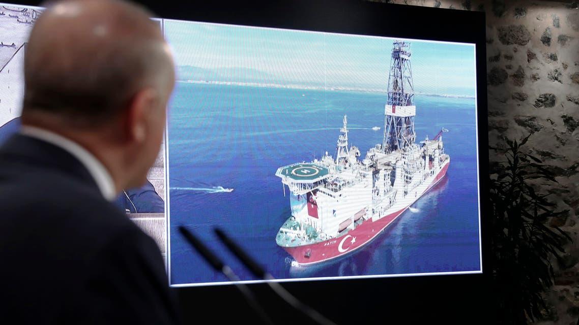 أردوغان ينظر إلى سفينة تركية شرق المتوسط (أسوشييتد برس)