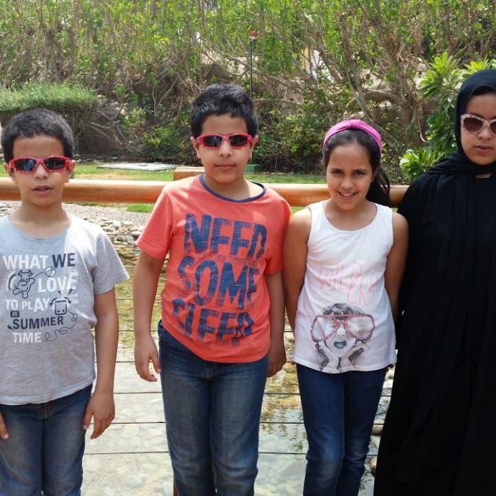 أب سعودي يحول حياة 4 من أبنائه المكفوفين إلى قصص ملهمة