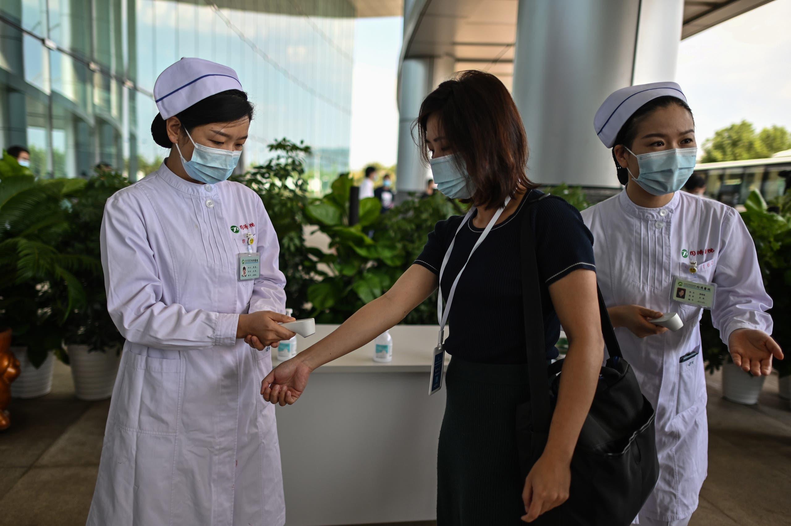 فحص حراراة الزوار على مدخل مستشفى في ووهان الصينية