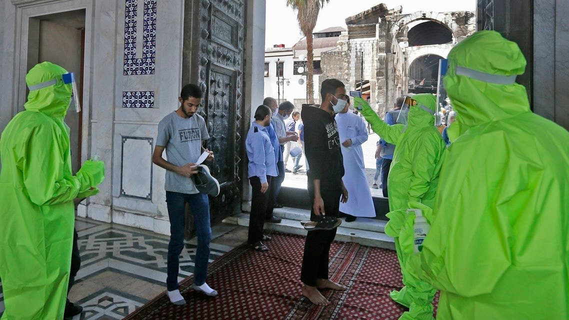 Syrian medics check the temperature of Muslim worshippers before entering the Umayyad Mosque in Damascus. (File photo: AFP)