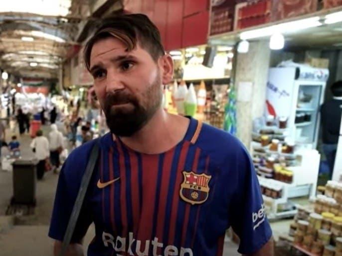 """شاهد.. """"ميسي"""" يبيع السجائر وسط سوق شعبي"""