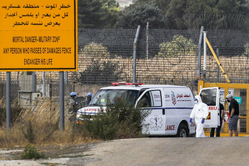 سيارة اسعاف لنقل مصابين بفيروس كورونا على الحدود السورية - فرانس برس