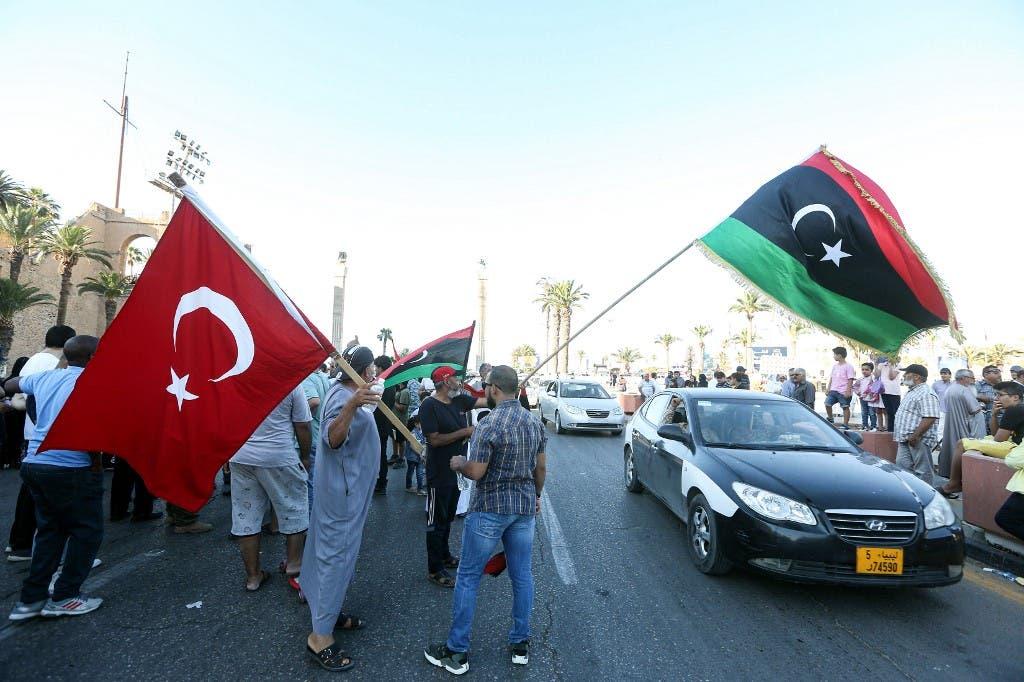 عناصر موالية لحكومة الوفاق تحمل العلم التركي في العاصمة الليبية طرابلس - فرانس برس