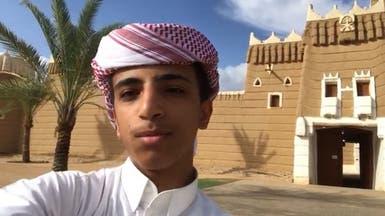 شاهد.. فتى سعودي يعرّف بمواقع أثرية باللهجة البريطانية