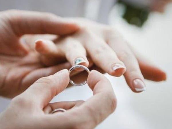 شاهد امرأة تفجر فضيحة أثناء زفاف زوجها من غيرها