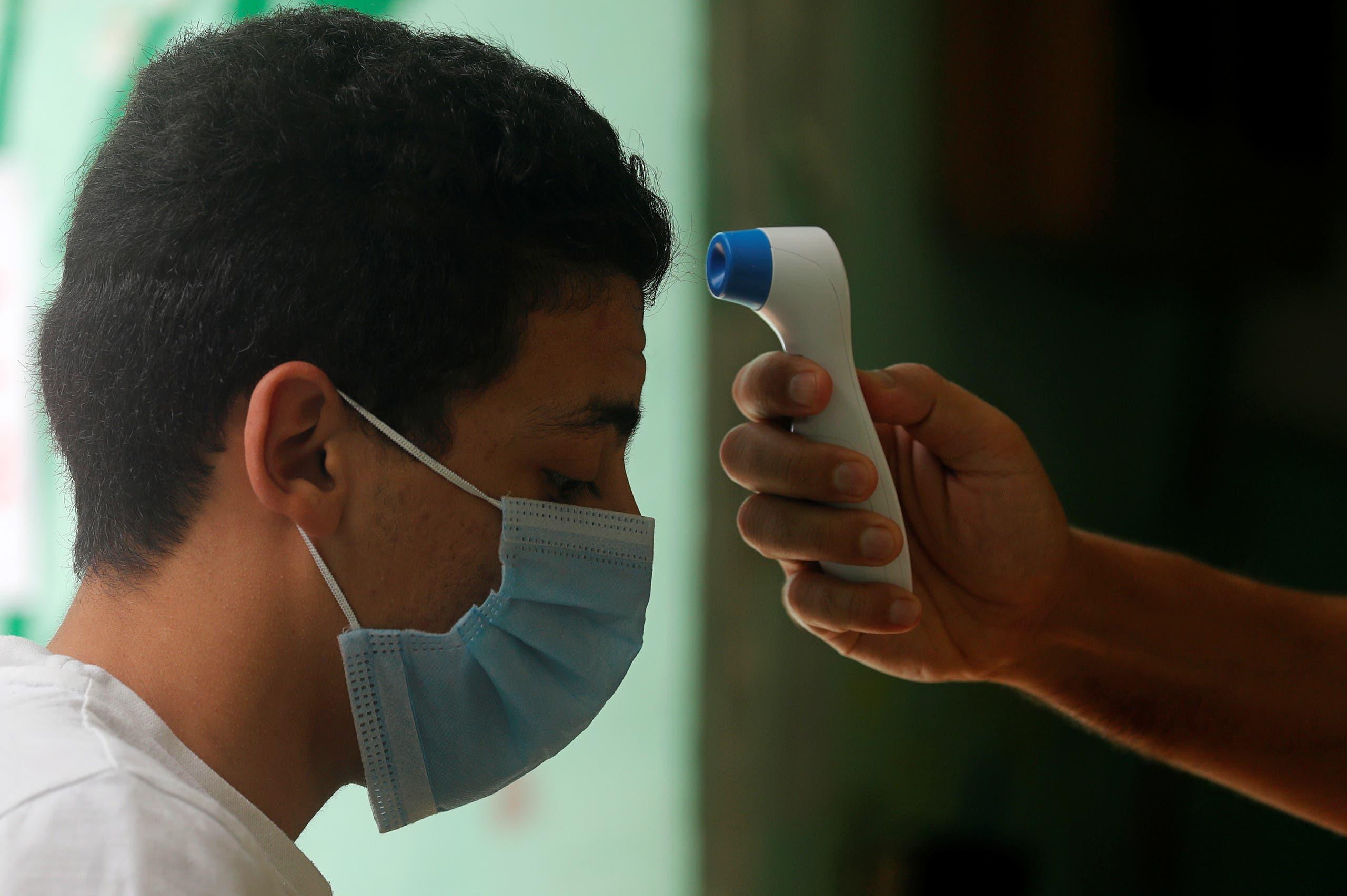 فحص حرارة الطلاب في إحدى مدارس القاهرة خلال الامتحانات الثانوية في يونيو الماضي