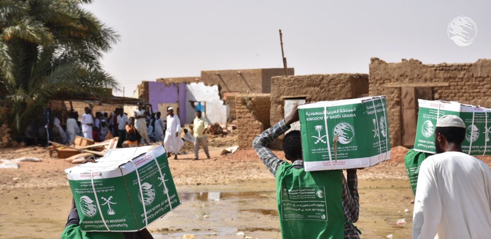 KSrelief volunteers hand out aid packages to people affected by the floods in Sudan. (Twitter)