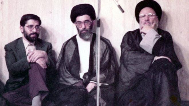 مير حسين موسوي(يسار) جنب خامنئي وموسوي أردبيلي