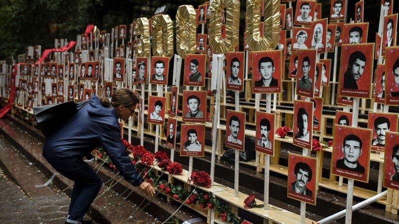 معرض لصور بعض  المعارضين الايرانيين الذين أعدموا في 1988