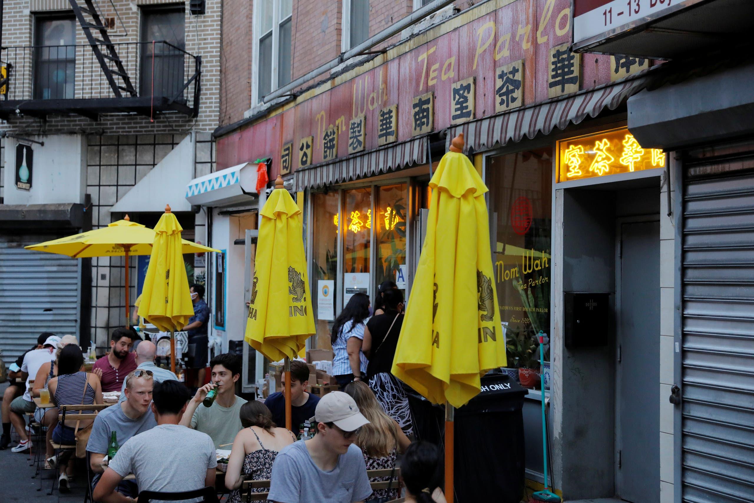 رواد أحد مطاعم نيويورك لا يرتدون الكمامات