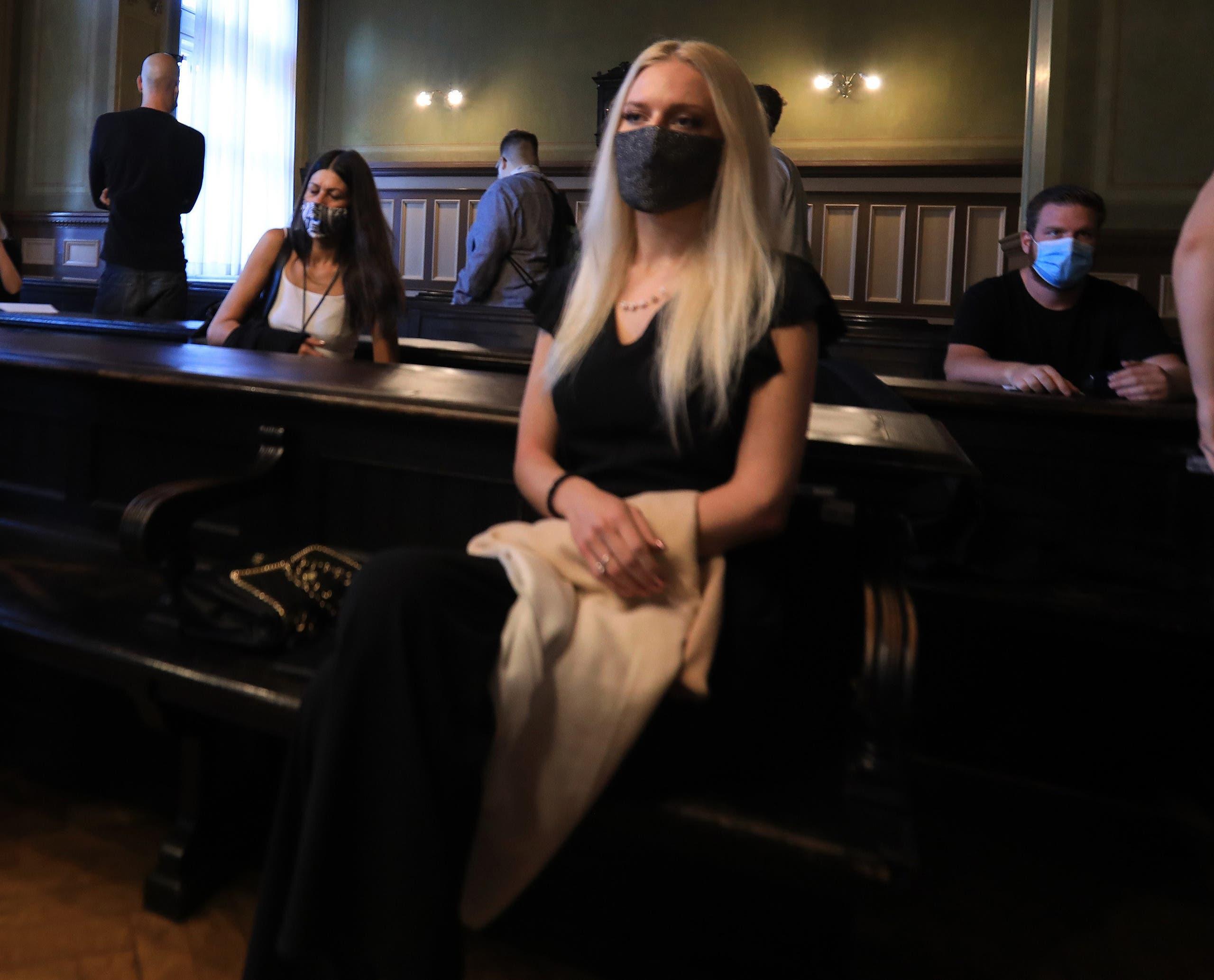 يوليا أدليزيتش تجبئ يدها خلال المحاكمة