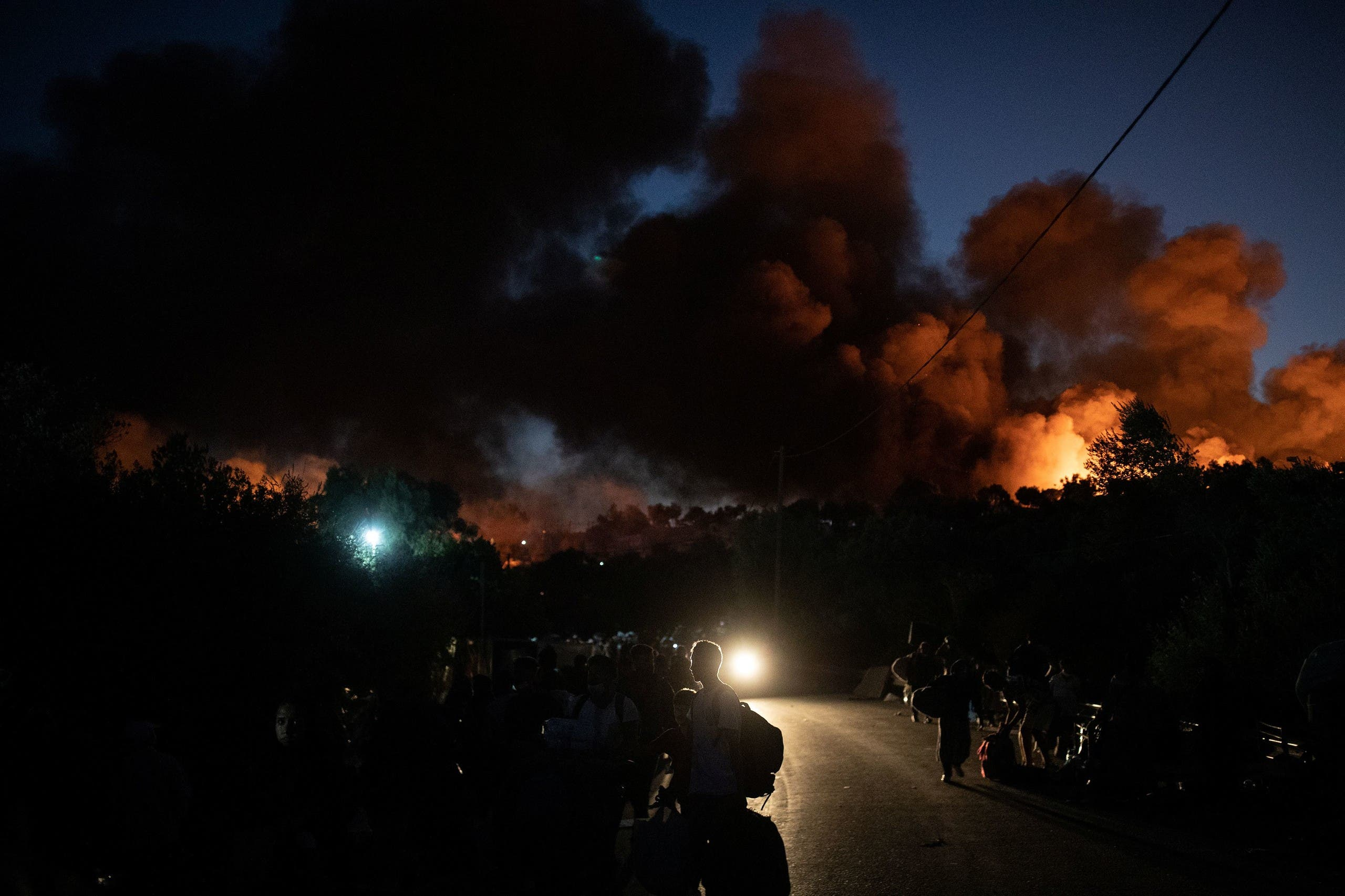 لاجئون يهربون من الحريق في المخيم
