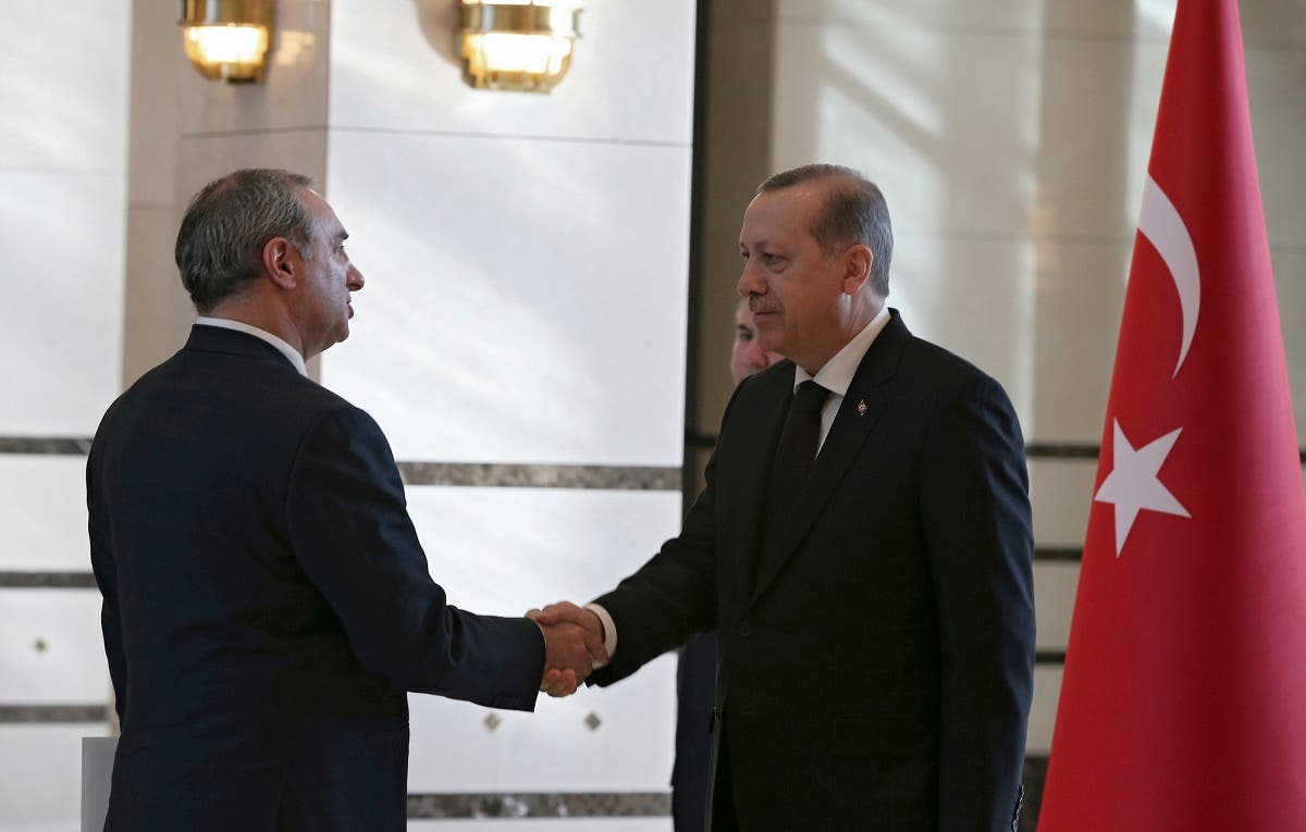 Israeli Ambassador Eitan Naeh, left, shakes hands with President Recep Tayyip Erdogan while presenting his letter of credentials, in Ankara, Dec. 5, 2016. (AP)